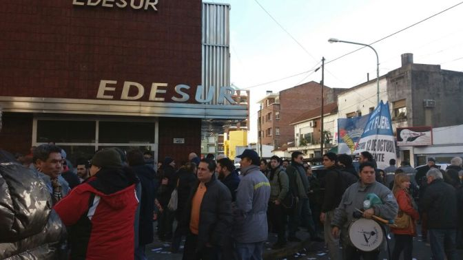 TRABAJADORES DE EDESUR SE MANIFESTARON EN QUILMES POR 180 DESPIDOS: DENUNCIAN FALTA DE INVERSIÓN